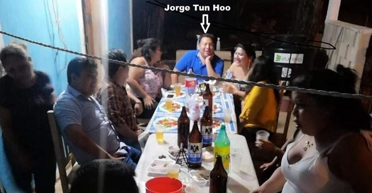 Para promoverse como candidato a la alcaldía de Muna funcionario panista ofrece cervezas en reuniones