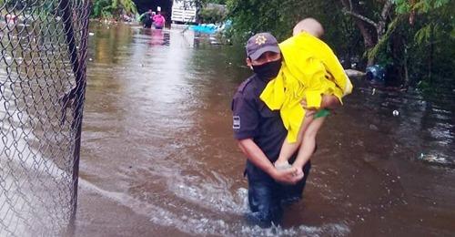 Evacuan a motuleños por las inundaciones que dejó el frente frio número nueve