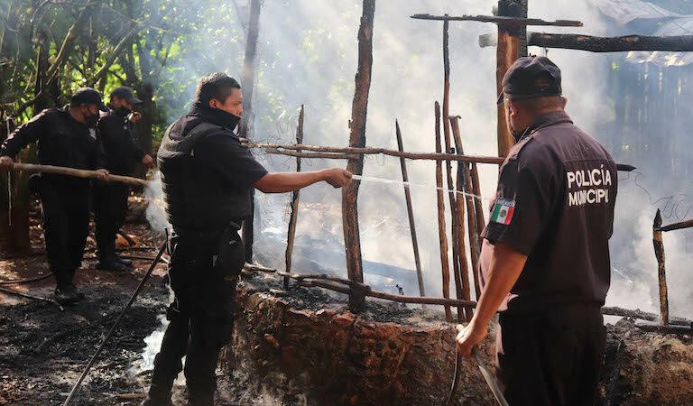 Por un corto circuito se le quemó su casa a un abuelito en Peto