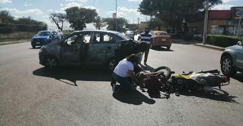 Intenta ganarle el paso, choca y lesiona a un motociclista en Avenida Aviación