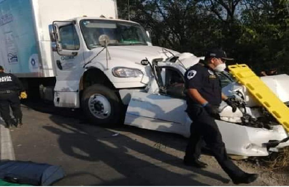 Tráilero rápido y furioso choca a tres vehículos y mata a una conductora en Chemax