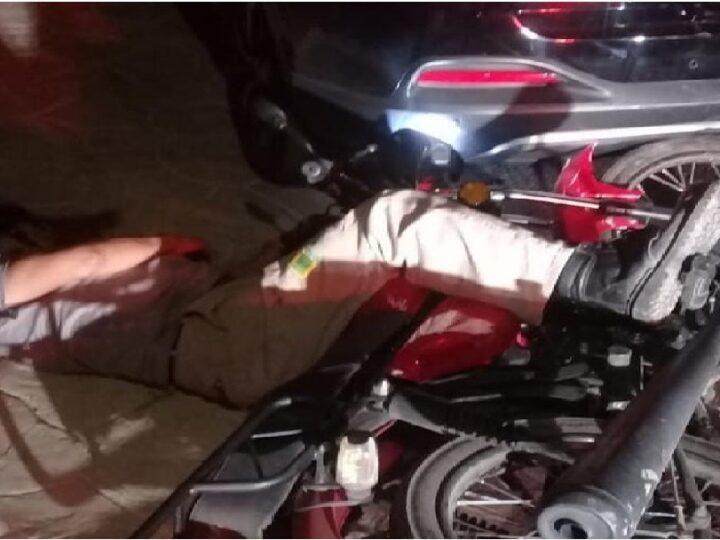 Por conducir distraído, un motociclista choca contra un Kia estacionado en Izamal