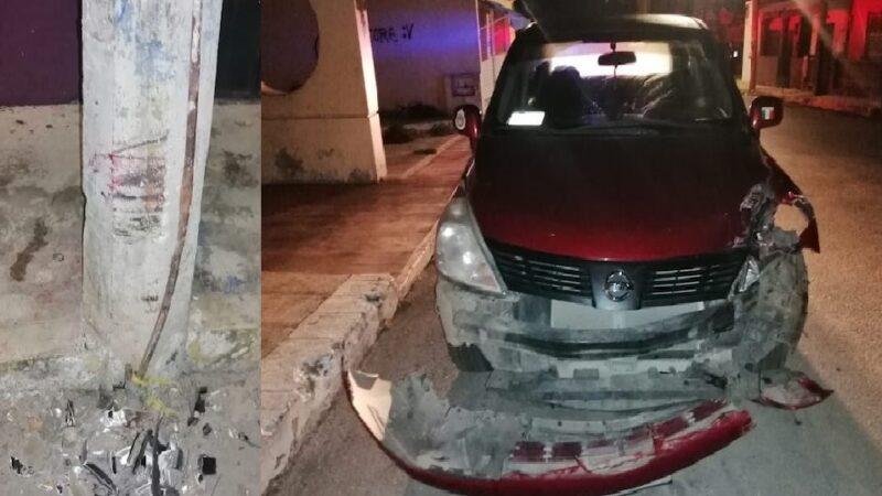 Choca contra un poste de CFE, abandona su auto y se da a la fuga en Valladolid