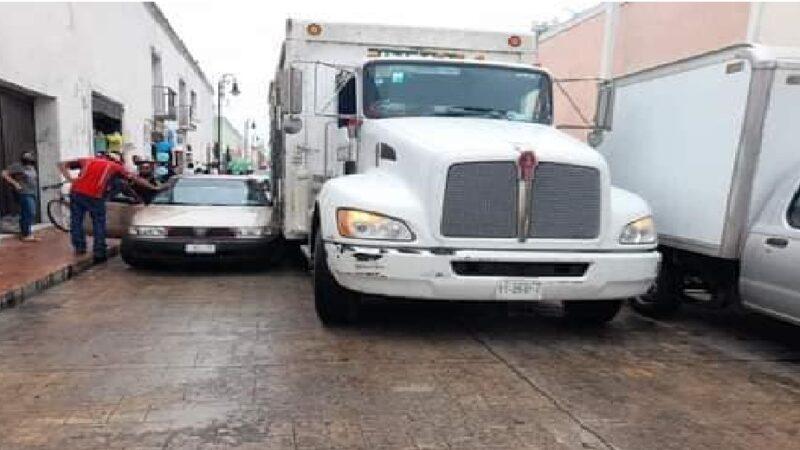 Camión cervecero choca a un taxi estacionado en el centro de Valladolid