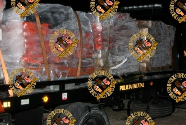 Josué, Isabel y María se les detuvo con más de 6.4 toneladas de pulpo cosido, están a disposición del MPF.
