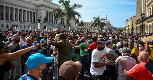 Miles de personas protestan en Cuba contra el régimen