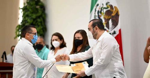 Se entregó a los nuevos diputados de la LXIII Legislatura las credenciales oficiales del Congreso del Estado de Yucatán