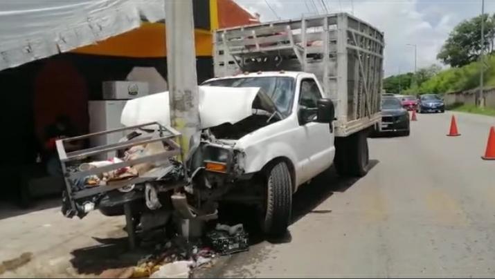 Un chatarrero le fallan los frenos y choca contra un poste de luz en el periférico de Mérida