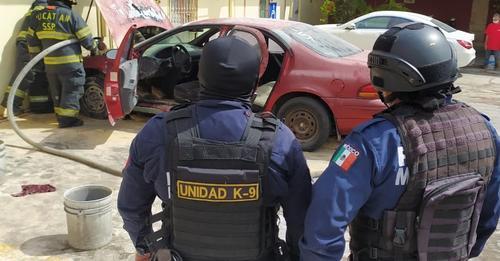 Se incendia un coche en un estacionamiento del Centro de Mérida