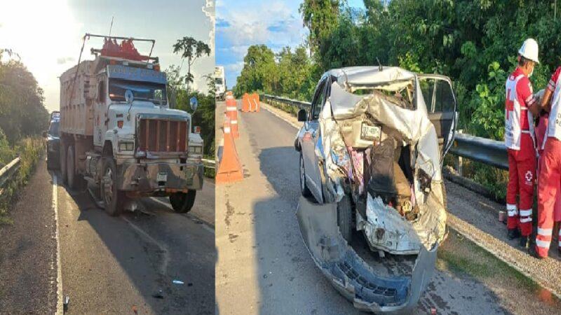 Volquetero le destroza el trasero a un Nissan Tiida, en la vía Mérida- Cancún