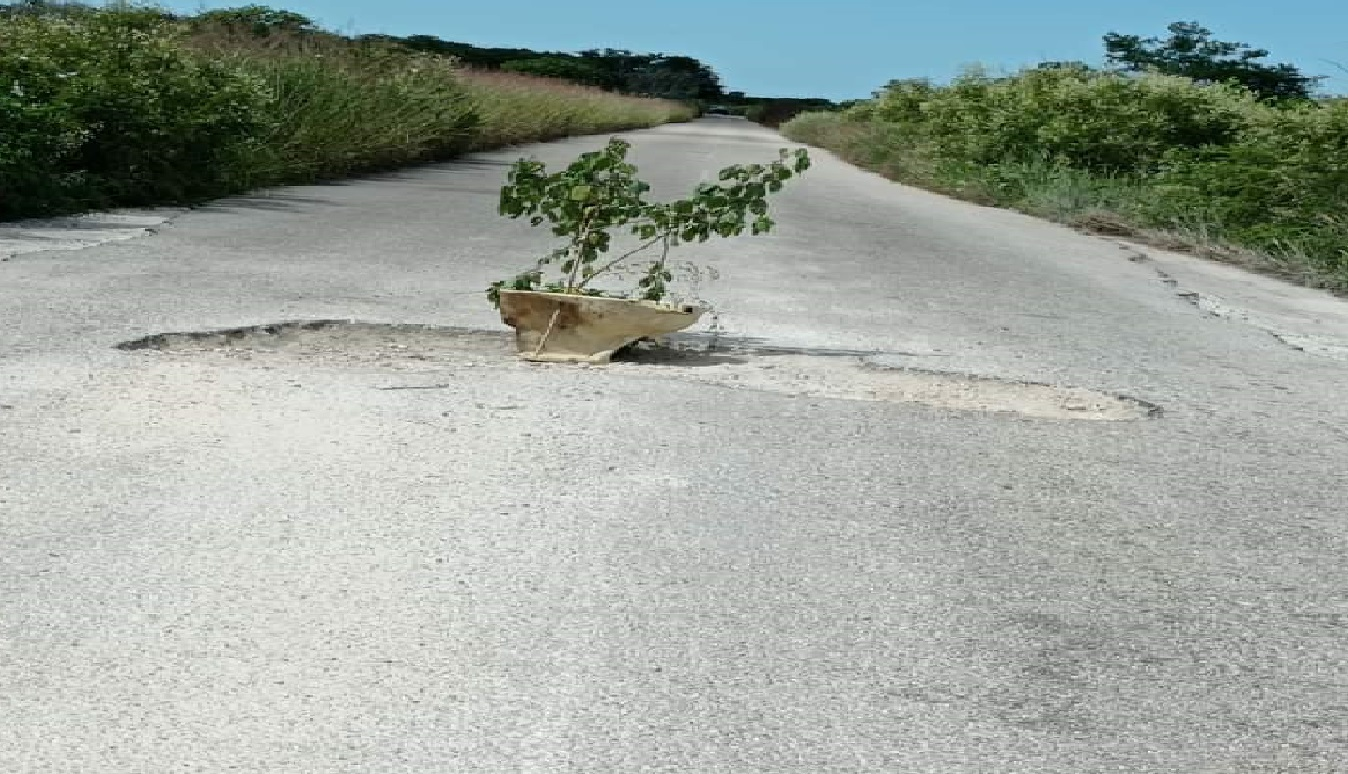 Enormes baches sobre la vía X' Bec – Dzilam González ponen en peligro la vida de conductores