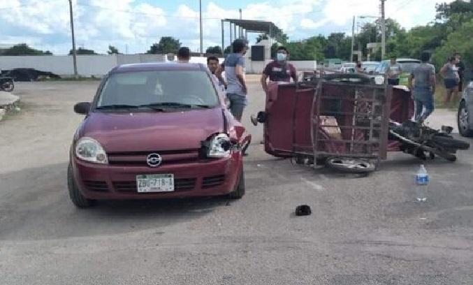 Mototaxi choca, vuelca y lesiona a sus pasajeros: intento ganar el paso a un Chevy en Kanasín.