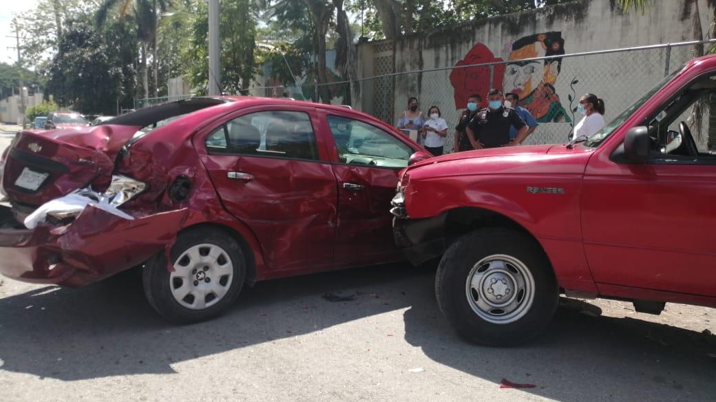 Chofer dormilón choca contra dos autos estacionados en Motul