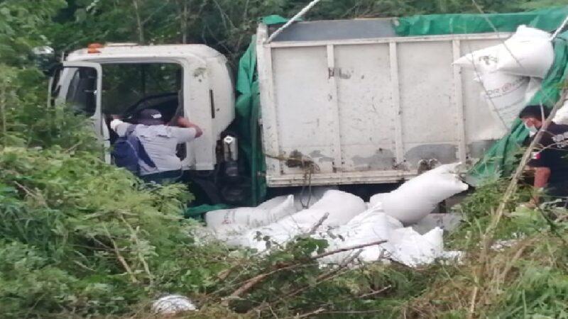 Se sale de la carretera con tres toneladas de alimento para cerdo en la Mérida-Tizimín.